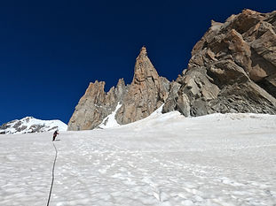 Faites le point sur les bonnes pratiques d'encordement sur glacier, en pentes de neige, ainsi que les techniques de progression associées. Apprenez les manips de base de secourisme tel que le mouflage sur corps mort.