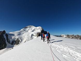 En 3 ou 5 jours, faites vos premiers pas sur glacier, parcourez des arêtes, gravissez un beau sommet par son itinéraire le plus facile. Idéal pour ceux qui souhaitent se lancer dans la pratique de la montagne.