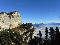 Un peu moins vertigineux que ceux de l'Aulp du Seuil ou du Fouda Blanc, le sangle de Belles Ombres reste une belle randonnée du vertige, qui offre une vue imprenable sur Belledonne et le Grésivaudan. Depuis la Plagne, l'itinéraire est un condensé de tout ce que le plateau de l'Alpette peut nous offrir de pelouses alpines bucoliques, hors-sentiers forestiers et balcons suspendus.