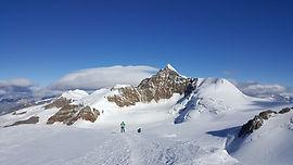 Au fond de la vallée de Gressoney, à la frontière suisse dans les Alpes Valaisannes, se dresse un mur de sommets de plus de 4000m, dont descendent de beaux glaciers. Rendus accessibles grâce aux remontées mécaniques jusqu'à 3300m, nous pourrons facilement en faire l'ascension d'un ou plusieurs, selon la forme et la motivation !