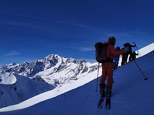 À la journée, randonnons à ski pour rejoindre un sommet et s'offrir une belle descente, quelle que soit la saison !