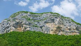 Une très belle classique des grandes voies d'escalade du Mont Peney au sud des Bauges. À proximité de Chambéry, dans un niveau 6a max.