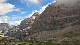 Avec la haute route des Dolomites, partons à la découverte de ce massif italien mythique. De Toblach à Belluno, traversons certains des plus beaux paysages des alpes orientales, avec le charme typique de cette région aux influences culturelles italiennes et germaniques.