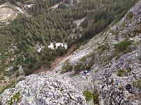 Belle voie soutenue dans le 5c/6a, peu physique mais ou la pose de pied sera déterminante ! L'ambiance est gazeuse, les raides dalles moutonnées surplombant la fond de vallée, au calme face à la Vuzelle.