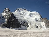 Sommets jumeaux de la Barre des Ecrins, le Dôme des Ecrins à 4015m est une course neige et glace qui contrairement à sa réputation n'est pas réservée aux débutants. Il pourra cependant être un beau premier 4000m si vous avez déjà une expérience de la haute-montagne.