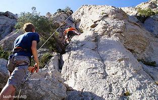 Faites vos premiers pas d'escalade en falaise lors d'une initiation falaise encadrée par un guide ou un moniteur d'escalade, sur les beaux sites pour débutants des abords de Chambéry.