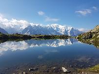Si le tour des Aiguilles Rouges est un grand classique des Alpes du Nord, ce n'est pas pour rien ! Lacs majestueux, sentiers grandioses, cimes et flèches infinies de granit et de gneiss, crêtes déchiquetées, sommets mythiques sont tout autant d'éléments qui composent ce parcours et avec toujours en toile de fond, le toit de l'Europe, le Mont-Blanc…