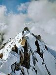 Sur la frontière franco-italienne, à deux pas du refuge Torino et du téléphérique Hellbronner, les Aiguilles Marbrées sont un sommet idéalm pour faire ses premiers pas d'alpinisme. Le cadre est superbe, l'itinéraire intéressant et ludique.