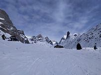 Une classique des randonnées à ski, qui nous fait traverser sur le lac des Vaches, gelé et recouvert de neige, sous la face nord de l'aiguille de la Vanoise. Après l'ombre le soleil au col de la Vanoise, sous la Grande Casse à 3855m.
