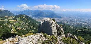 Surplombant Grenoble, les Trois Pucelles offrent une vue imprenable sur les alentours, avec une escalade ludique et un petit peu physique dans le Couloire Grange, qui nous replonge dans l'escalade des pionniers de l'alpinisme.