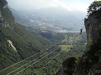À seulement 20mn de Chambéry, cette via-ferrata est considérée comme l'une des plus dure de France ! Passages athlétiques et très physiques, ce parcours est réservé aux personnes entrainées !