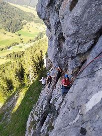 Découvrez les plaisirs et sensations de la hauteur grâce à la via-ferrata. Premier contact avec le matériel et le rocher, cette activité est une bonne porte d'entrée vers l'escalade ou l'alpinisme. Parfait entre amis, en famille, pour les petits comme les grands !