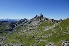 La Pierra Menta, sommet si reconnaissable du Beaufortain. En en faisant le tour en 3 jours, faites une entrée dans ce massif au départ de la Tarentaise, et découvrez des paysages uniques, entre lacs de haute montagne, univers minéral et alpages.