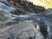 """Au nord du petit massif """"dolomitique"""" de la Portetta, au-dessus du hameau de La Montagne, la Roche Moret offre un magnifique éperon nord qui se remonte tout d'abord en pure escalade, puis se poursuit en traversée d'arêtes. Une course rocher complète et ludique dans un cadre magnifique."""
