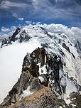 Une grande classique de l'alpinisme, très accessible grâce au téléphérique de l'Aiguille du Midi. Avec un panorama magnifique sur le massif du Mont-Blanc, la course est assez complète avec des passages en neige et rocheux. À 3800m, l'altitude commence à déjà bien se faire sentir !