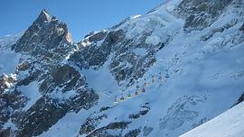Les pentes du domaine hors-piste de La Grave sont mondialement reconnues comme un spot de free-ride unique. À l'aplomb de la Meije et dans le froid, le manteau neigeux est préservé, dans un cadre sauvage de haute montagne. Du haut du téléphérique jusqu'au fond des vallées, 2150m de descente s'offrent à nous !