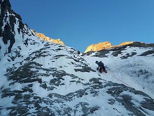Entre pentes de neige ressauts de glace et rocheux, frayons nous un chemin, équipés de nos crampons et piolets, pour rejoindre les cimes. Les belles ambiances face nord ou des arêtes mixtes !