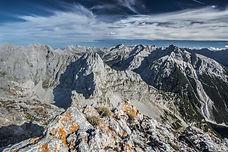 Traversons le massif de Karwendel, à la frontière de l'Autriche et de l'Allemagne, au coeur du plus grand parc naturel autrichien. Un itinéraire très alpin, aérien, surplombant Innsbrück et sa vallée. Idéal pour les très bon marcheurs en quête de nouveaux horizons.