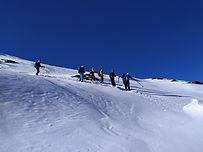 Deux journées bien denses, pour se préparer à emmener un groupe en ski de randonnée. Si vous êtes déjà formé aux outils de préparation de course (BERA, cartographie, météo) et avez des connaissances en nivologie pratique et situations avalancheuses, vous apprendrez lors de ces deux journées à planifier finement un itinéraire, conduire un groupe et adopter les stratégies appropriées à la gestion du risque.
