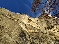 """Secteur """"Toit triangulaire"""" Chambotte, une voie esthétique s'élève le long d'une ligne de faiblesse dans cette falaise coupée au couteau. Remontée de fissure puis traversée sous un toit, avant de rejoindre le sommet. De la grimpe comme on l'aime, dans un cadre somptueux !"""