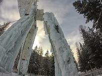 Faites vos premiers pas d'escalade sur glace lors d'une initiation encadrée par un guide, sur la magnifique structure artificielle de Champagny-en-Vanoise, unique en France !