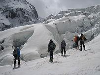 Descente à ski en environnement glaciaire, au coeur du massif du Mont Blanc depuis le sommet de l'aiguille du Midi (3842m), la célèbre descente à ski de la vallée blanche jusqu'à Chamonix (1030m) est accessible aux skieurs de bon niveau. Frayez-vous un chemin avec votre guide, au milieu des langues de glace, crevasses et séracs.