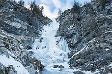 """Rive gauche de la Romanche, cette grande classique de la vallée est la plus belles dans ce niveau modéré de difficulté. """"La colère du ciel"""" est une cascade incontournable à proximité de La Grave. Avec une grande variété, elle s'élève sur 300 mètres permettant à des grimpeurs relativement novices de se lancer dans une belle aventure !"""