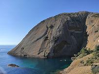 Vous êtes à La Ciotat, vous vous baladez dans le parc Muguel, vous vous avancez jusqu'à un beau point de vue... Et en deux pas vous voilà projeté dans un itinéraire rocher, descente en rappels, traversées corde courte en technique alpine, quelques pas d'escalade ! Cet itinéraire au raz de l'au finissant par une petite remontée vous replongera dans l'alpinisme, avec vue sur la mer.