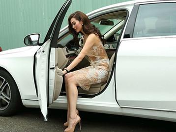 Cách mở cửa xe ô tô đúng cách và an toàn.