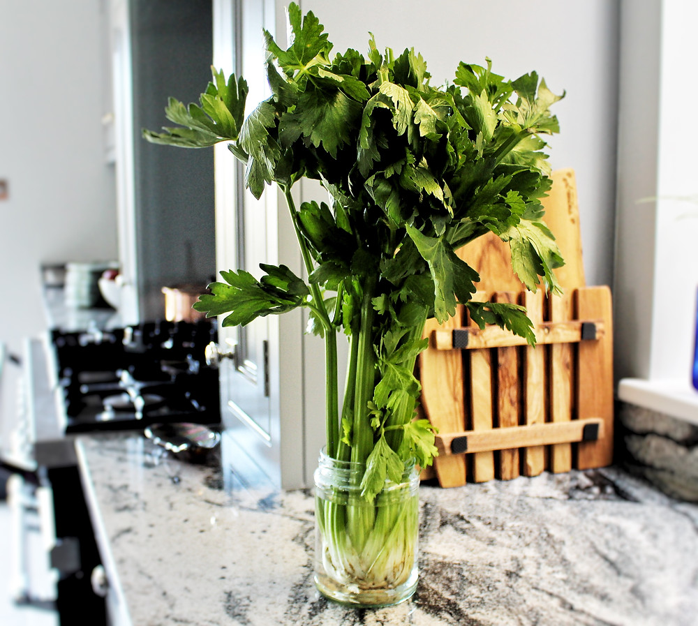 Lettuce stored in glass jar for plastic-free food storage solutions. Photograph by You Need A Nutritional Therapist Ltd.