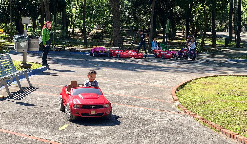 parque agua azul green garden child in model racing car