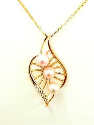 9ct yellow gold, Freshwater pink pearls pendant.