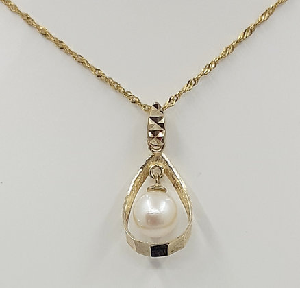 9ct Fresh water pearl pendant. Gold chain not included.