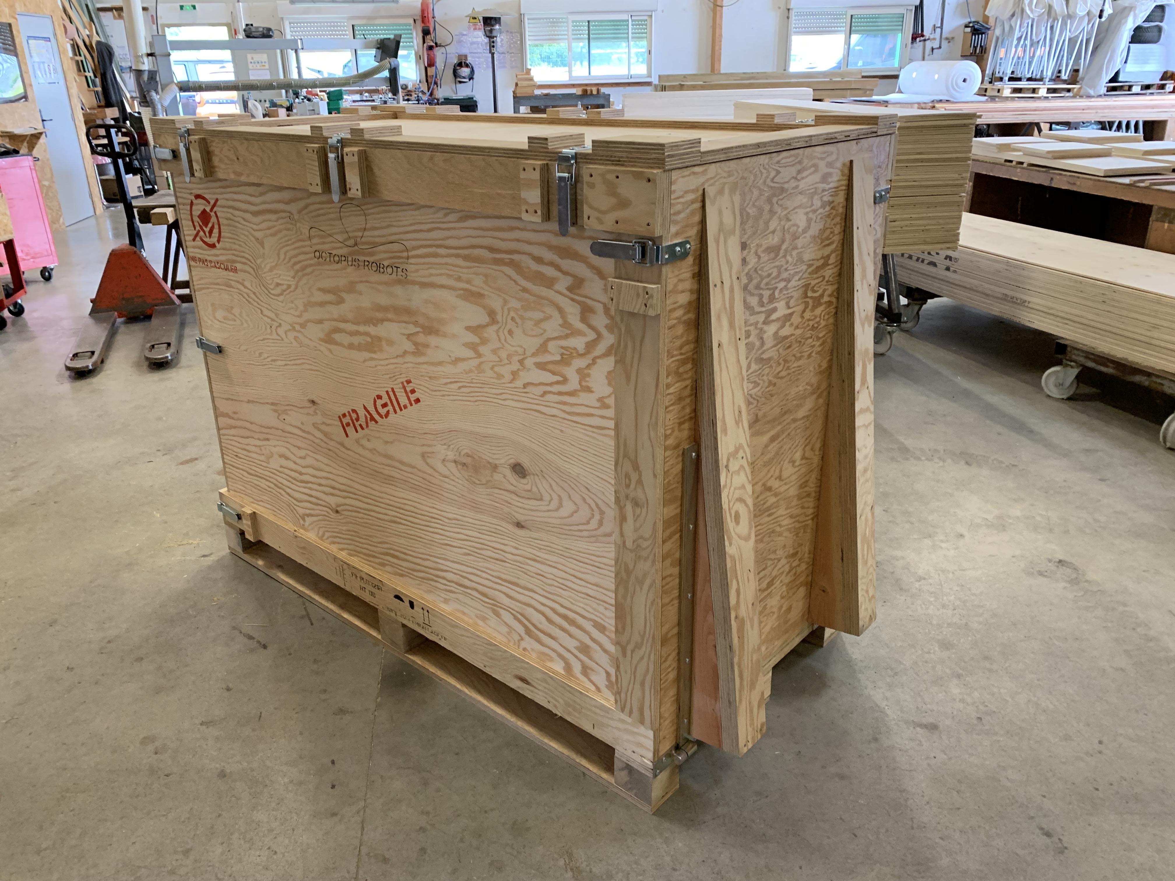 Caisse navette en rolpin pour transport de Robot, à la norme NIMP15. Caisse capitonnée de mousses po