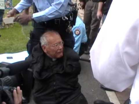 Father Weslin Arrested for Praying the rosary 2.jpg