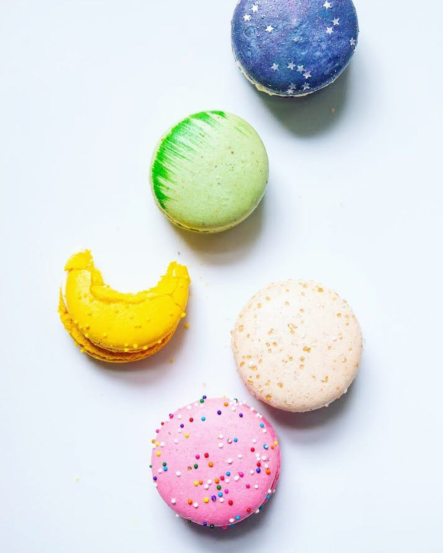 Colorful pink sprinkle, white coconut, lemon yellow, green grass pistachio, and blue starry night blueberry macarons french cookies