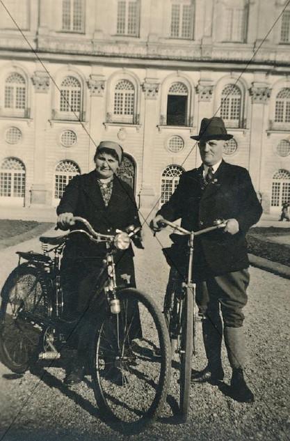 Vor dem Schloss 1940.jpg