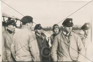 Fluglehrer und Schüler vor Flugzeug 1934