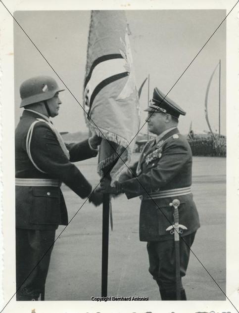 Ernst Udet übergibt die Fahne an Major H
