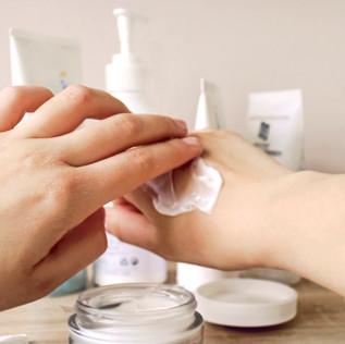 Mikroplastik versteckt sich überall in unseren Badezimmern… und in unserer Haut!