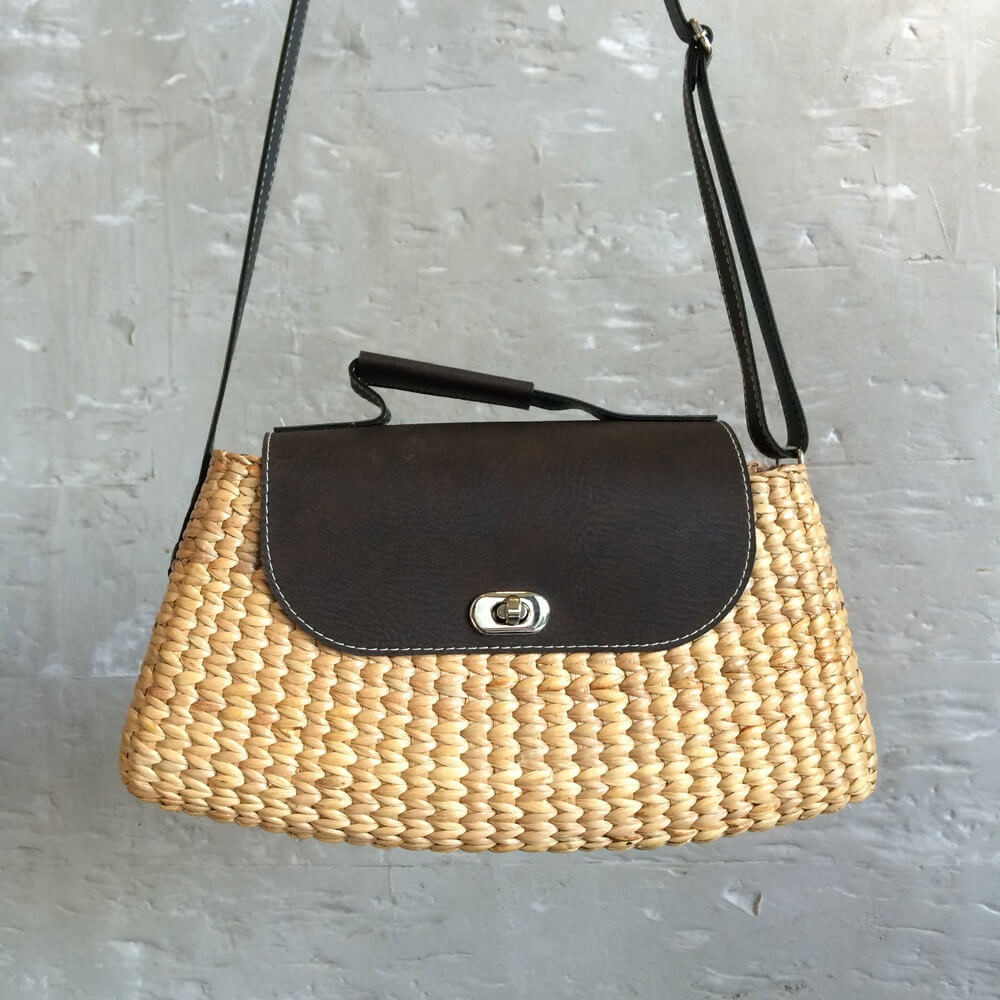 Cross body straw shoulder bag