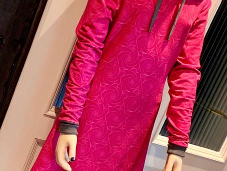 Schick und dennoch kuschelig.Kapuzen-Sweatkleid aus Viskosesweatstoff mit Rosenmuster.
