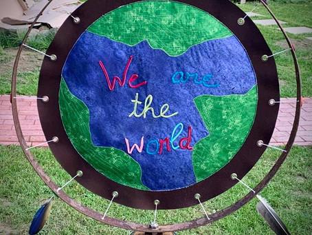 StoffKunst statt Kumststoff.  Ein riesen Traumfänger zum Weltkindertag und zum Weltfriedenstag.