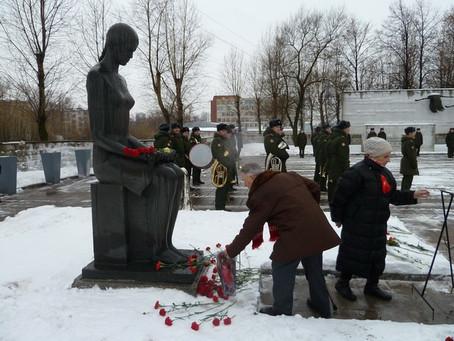 Коммунисты Невского района почтили память защитников города на мемориале «Журавли»