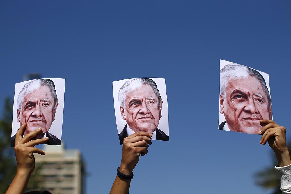 Atual presidente chileno, Piñera equiparado a Pinochet.