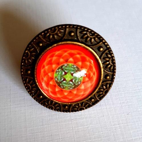 טבעת מנדלה בצבע כתום כהה עם פרח ירוק