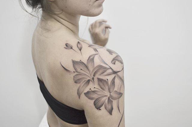 _) #dotworktattoo #inkedgirl #tatuagembotanica #tattooflower #dotworktattoo #ink #nomadetattoo