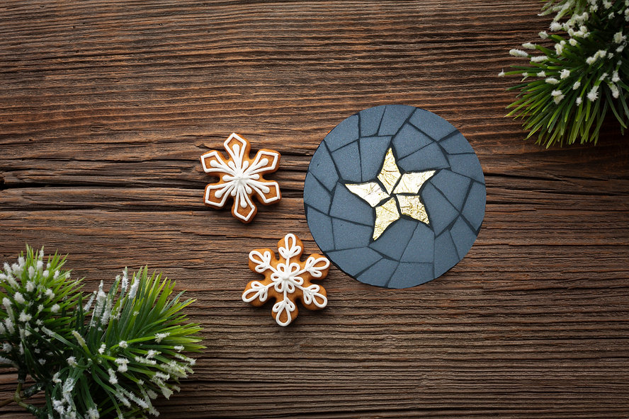 top-view-christmas-decoration-on-table.j