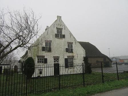 Voorzijde Witte Boerderij Heinenoord voor restauratie.png
