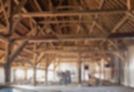 Overzicht binnenzijde schuur en balkenconstructie Witte Boerderij voor restauratie